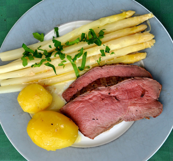 argentinisches Roastbeef mit Spargel und Kartoffeln