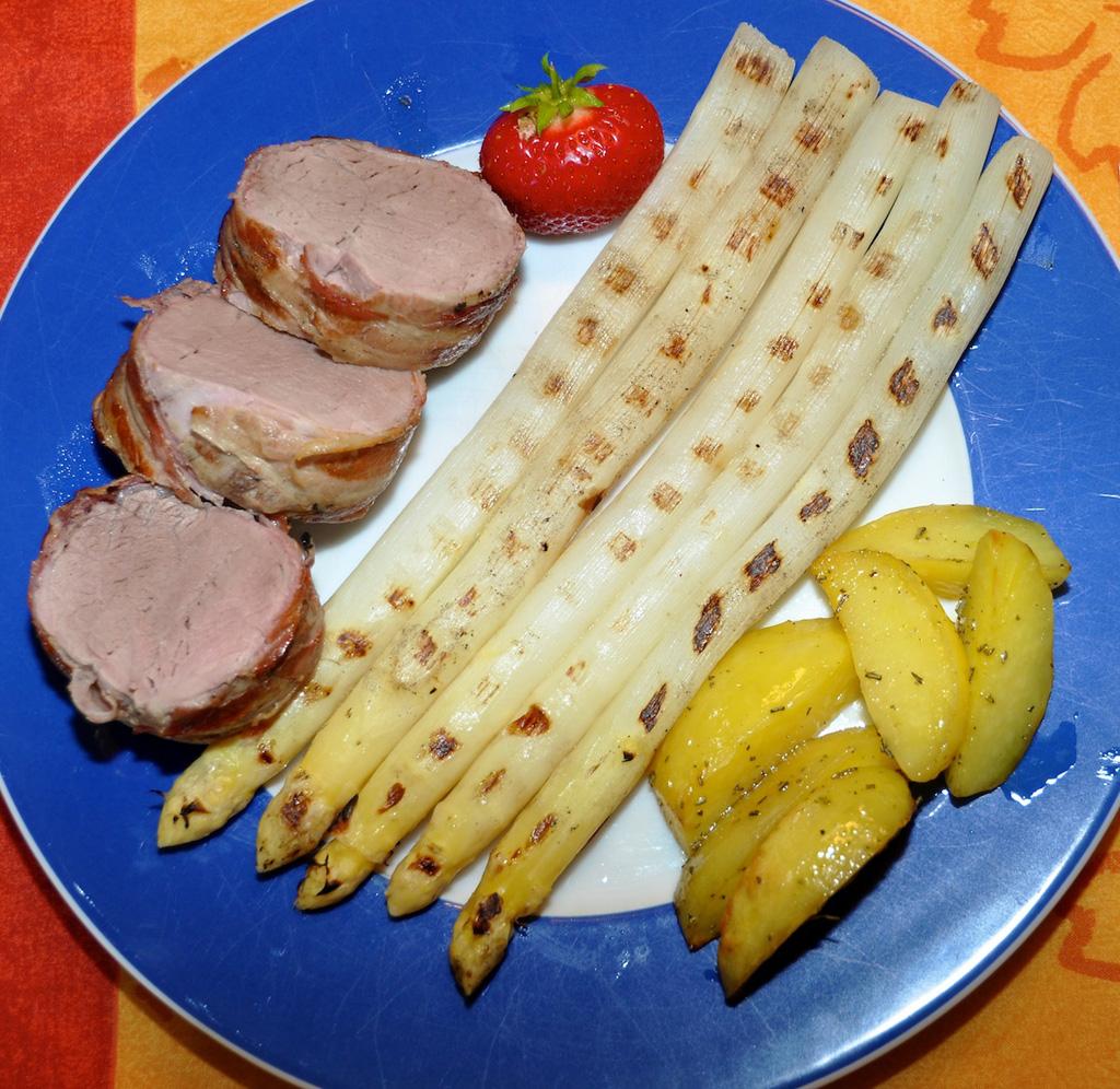 gegrilltes Schweinefilet im Speckmantel mit Spargel und Rosmarinkartoffeln